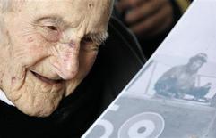 <p>Un ancien combattant britannique de la Première Guerre mondiale, Henry Allingham, est devenu à 113 ans l'homme le plus vieux au monde, après le décès vendredi du Japonais Tomoji Tanabe, qui était également âgé de 113 ans, d'après le Guinness World Records. /Photo prise le 6 juin 2009/REUTERS/Luke MacGregor</p>