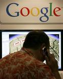 <p>Visitante de feira de navegação por satélite fala ao celular diante de anúncio do Google Maps, nos EUA. Um veículo que captura imagens para serviço de mapeamento de ruas flagrou o roubo de um adolescente por irmãos gêmeos na cidade de Groningen, no norte da Holanda, informou a polícia.</p>