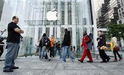 <p>Devant un magasin Apple, à New York. L'iPhone 3GS, deux fois plus rapide que son prédécesseur, doté d'une caméra vidéo et d'une batterie avec une plus grande autonomie, est arrivé vendredi dans les boutiques aux Etats-Unis et dans sept pays, dont la France, sans susciter le même engouement que les versions précédentes. /Photo prise le 19 juin 2009/REUTERS/Lucas Jackson /Photo prise le 19 juin 2009/REUTERS/Lucas Jackson</p>