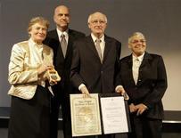 """<p>Ilan Mor (segundo desde la izquierda), vice embajador israelí en Alemania, entrega la medalla Yad Vashem a los hijos del capitán Wilhem Hosenfeld, Jorinde (izquierda) Detlev y Annemone, en Berlín, 19 jun 2009. Un oficial del Ejército alemán que ayudó a los judíos durante la Segunda Guerra Mundial y que fue caracterizado en la película ganadora de un Oscar """"The Pianist"""", fue honrado postumamente el viernes por Israel durante una ceremonia en Berlín. REUTERS/Thomas Peter</p>"""
