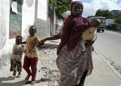 Residents of Mogadishu flee as fighting intensifies between government forces and hardline Islamists trying to oust the Horn of Africa nation's leadership, June 20, 2009. REUTERS/Mowliid Abdi