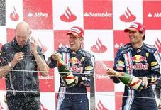 <p>Sebastian Vettel e Mark Webber, entrambi su Red Bull, rispettivamente primo e secondo a Silverstone. REUTERS/Yves Herman</p>