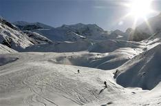 <p>Sciatori sul ghiacciacio Morteratsch in Svizzera. REUTERS/Arnd Wiegmann</p>
