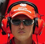 """<p>Бывший чемпион мира в гонках класса """"Формула-1"""" Михаэль Шумахер осматривает трассу на Гран При Испании в Монтмело 10 мая 2009 года. После нескольких лет полного инкогнито загадочный гонщик-испытатель популярной программы """"Top Gear"""" Стиг снял свой неизменный белый шлем... и оказался бывшим чемпионом мира в автогонках класса """"Формула-1"""" Михаэлем Шумахером. REUTERS/Manu Fernandez</p>"""