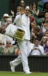<p>Suíço Roger Federer entra na Quadra Central de Wimbledon para sua estreia no Grand Slam inglês disputado na grama, nesta segunda-feira. 22/06/2009/ REUTERS/Stefan Wermuth</p>
