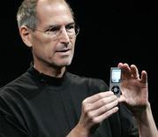 <p>Глава Apple Inc Стив Джобс представляет новый iPod Nano в Сан-Франциско 9 сентября 2008 года. Стив Джобс, генеральный директор Apple Inc, присутствовал на совете директоров в понедельник, подтвердив предположения о том, что проблемы со здоровьем не помешают ему вернуться к работе после длительного отсутствия. REUTERS/Robert Galbraith</p>