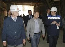 <p>Российский премьер-министр Владимир Путин посетил завод БазэлЦемент в Пикалево 4 июня 2009 года. Милиция не дала рабочим небольшого уральского фарфорового завода, которому угрожает полная остановка, перекрыть федеральную трассу в попытке привлечь внимание властей. REUTERS/Alexei Nikolsky</p>