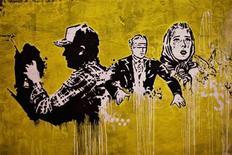 <p>Imagen de archivo de una obra del grafitero Banksy en un túnel cerca de la estación Waterloo en Londres, 23 jun 2009. El artista del graffiti Banksy recibió una dosis de su propia medicina anárquica, luego de que uno de sus trabajos más conocidos fue desfigurado con una pistola de 'paintball'. La obra, sobre un muro al costado de una clínica de salud sexual en su ciudad natal de Bristol, muestra a un hombre desnudo colgado desde el marco de una ventana y a una nerviosa adúltera que observa a su esposo celoso mientras registra el horizonte. REUTERS/Finbarr O'Reilly</p>