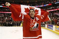 <p>Canada's John Tavares celebrates with the Canadian flag and his gold medal after defeating Sweden to win the gold medal game at the 2009 IIHF U20 World Junior Hockey Championships in Ottawa, January 5, 2009. REUTERS/Shaun Best</p>