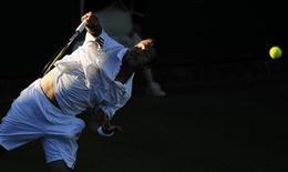 """<p>Россиянин Марат Сафин в матче """"Уимблдона"""" против Джесси Левайна в Лондоне 23 июня 2009 года. Российский теннисист Марат Сафин не мог преодолеть барьер первого круга на десятом и последнем для него """"Уимблдоне"""", однако ни о чем не жалеет, а лишь хочет поскорее уйти в отпуск. REUTERS/Kieran Doherty</p>"""