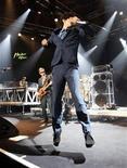 """<p>Imagen de archivo de la banda de rap Beastie Boys en un concierto para el Festival de Jazz de Montreux en Suiza, 9 jul 2007. El trío de raperos Beastie Boys confirmó que su octavo álbum de estudio, """"Hot Sauce Committee Part 1"""", será lanzado el 15 de septiembre a través del sello Capitol. REUTERS/Denis Balibouse/Archivo</p>"""