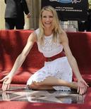 """<p>Foto de archivo del ingreso de la actriz Cameron Diaz al Paseo de la Fama de Hollywood en Los Angeles 22 jun 2009. Diaz nunca ha sido mamá, pero en su nueva película """"My Sister's Keeper"""" enfrenta una elección que ninguna madre querría, una razón por la cual la actriz reconocida por sus dotes en comedias se adentró con seriedad al drama. REUTERS/Phil McCarten</p>"""