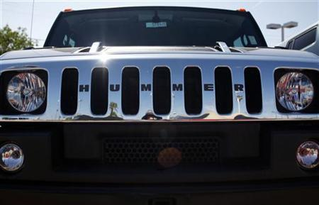 A Hummer vehicle sits in the parking lot of a dealership in Scottsdale, Arizona June 2, 2009. REUTERS/Joshua Lott