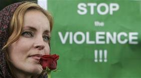 """<p>Женщина на акции протеста против насилия в Иране у иранского посольства в Праге 25 июля 2009 года. Страны """"Большой восьмерки"""" в пятницу осудили насилие в Иране, последовавшее за спорными президентскими выборами, и призвали Тегеран быстро разрешить кризис с помощью демократического диалога, говорится в окончательном проекте заявления. REUTERS/David W Cerny</p>"""