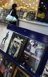 <p>Uma mulher compra um CD de Michael Jackson. 26/06/2009. REUTERS/Hamad I Mohammed</p>