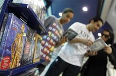 <p>Una familia mira discos de Michael Jackson en una tienda que Jackson visitó en el 2006 en Manama, Bahréin, 26 jun 2009. En la muerte, Michael Jackson está disfrutando un renacimiento comercial que le fue esquivo durante años. El Rey del Pop, que falleció repentinamente el jueves, escaló rápidamente en cuestión de horas y copó la lista de los 15 discos más vendidos del minorista online Amazon.com Inc. REUTERS/Hamad I Mohammed</p>
