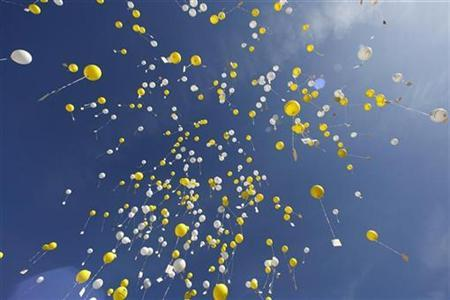 Children release 1100 air balloons with birthday wishes for Pope Benedict XVI at his birthplace in Marktl, southern Germany April 16, 2007. REUTERS/Michael Dalder