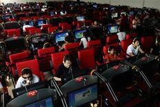 <p>Usuários de lan house em Changzhi. Menos de uma semana antes do término do prazo limite para as fabricantes de computadores instalarem o software de censura em todos os computadores vendidos na China, algumas dizem estar preparadas para implementá-lo mesmo que continuem se opondo à medida.</p>