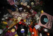 <p>Omaggi dei fan per Michael Jackson sulla sua stella lungo la Hollywood Walk of Fame a Los Angeles. REUTERS/Lucy Nicholson</p>