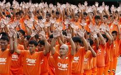 """<p>Rendus célèbres il y a deux ans sur internet pour leurs exercices de gymnastique dans lesquels figurait """"Thriller"""", les détenus de la prison de Cebu, aux Philippines, ont une nouvelle fois dansé samedi sur les airs du plus populaire des albums du chanteur décédé. /Photo prise le 27 juin 2009/REUTERS/Erik de Castro</p>"""
