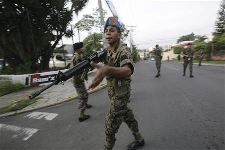 Honduran soldiers block a street near the residence of Honduras' President Manuel Zelaya in Tegucigalpa June 28, 2009. The Honduran army ousted leftist Zelaya and exiled him on Sunday in Central America's first military coup since the Cold War, after he upset the army by trying to seek another term in office. REUTERS/Oswaldo Rivas