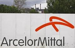 <p>Логотип сталелитейной компании ArcelorMittal на заводе под Марселем 5 ноября 2008 года. Три человека погибли в результате аварии на шахте Тентекская дочернего предприятия крупнейшей в мире сталелитейной компании ArcelorMittal в Казахстане - ArcelorMittal Temirtau, сообщило в понедельник Министерство по чрезвычайным ситуациям. REUTERS/Jean-Paul Pelissier</p>