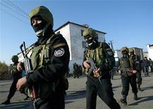 <p>Бойцы киргизского спецназа на территории тюрьмы в селе Беловодское 16 ноября 2005 года. Спецназ Киргизии в ночь с субботы на воскресенье уничтожил на юге страны трех вооруженных человек, принадлежавших к экстремистскому Исламскому Движению Узбекистана (ИДУ), сообщил Рейтер пресс-секретарь Ошского областного управления внутренних дел (УВД) Жениш Аширбаев. REUTERS/Vladimir Pirogov</p>