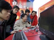 <p>Ragazzi cinesi al computer. REUTERS</p>