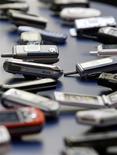 <p>Les téléphones mobiles lancés dans l'Union européenne commenceront à être compatibles avec un chargeur universel dès 2010. /Photo d'archives/REUTERS/Albert Gea</p>