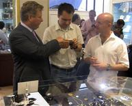<p>William Asprey (L), owner of William & Son luxury boutique, shows exclusive watches to collectors in London June 29, 2009. REUTERS/David Brough</p>