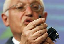 <p>Comissário de Indústria da União Européia, Guenter Verheugen, exibe carregador de celular. As principais fabricantes de celulares do mundo concordaram em apoiar um padrão para os carregadores de bateria de seus aparelhos, informou a Comissão Européia nesta segunda-feira.</p>