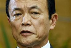 <p>Премьер-министр Японии Таро Асо в своей официальной резиденции в Токио 12 июня 2009 года. Быстро теряющий популярность премьер- министр Японии Таро Асо сообщил во вторник о возможных перестановках в кабинете министров и руководстве правящей Либерально- демократической партии (ЛДП) в преддверии парламентских выборов, победу на которых, как показывают опросы общественного мнения, должен одержать главный конкурент ЛДП - Демократическая партия. REUTERS/Toru Hanai</p>