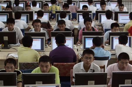 Customers use computers at an internet cafe in Taiyuan, Shanxi province June 29, 2009. REUTERS/Stringer