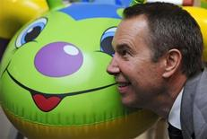 <p>U.S. artist Jeff Koons poses for the media with his work entitled 'Caterpillar Ladder' at the Serpentine Gallery in London June 30, 2009. REUTERS/Nigel Roddis</p>