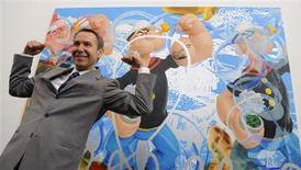 """<p>Jeff Koons presenta su obra 'Triple Popeye' en la galería Serpentine de Londres, 30 jun 2009. Koons presentó una serie de retratos de Popeye en Londres, señalando que el héroe animado que nació durante la Gran Depresión de 1929 fue un símbolo de la confianza en uno mismo, antes de agregar: """"quizás el arte es la espinaca"""". REUTERS/Nigel Roddis</p>"""