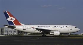 <p>Архивная фотография лайнера Airbus 310-300 йеменской авиакомпании Yemenia airlines в аэропорту Парижа 27 июля 2002 года. В авиакатастрофе неподалеку от Коморских островов выжила 14-летняя девочка, сообщили местные власти. Ранее сообщалось, что обнаруженному на поверхности океана ребенку пять лет. REUTERS/Thomas Noack</p>