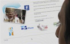<p>Служащий Рейтер смотрит на аватар Папы Римского Бенедикта XVI в социальной сети Facebook 22 мая 2009 года в Лондоне. Киберпреступность, последствия которой обходятся американским компаниям и частным лицам в миллиарды долларов в год, быстро распространяется в социальной сети Facebook, сообщают эксперты. REUTERS/Jonathan Bainbridge</p>
