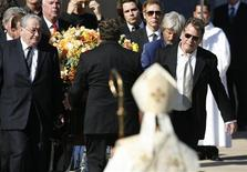 """<p>El actor Ryan O'Neal (der) carga el ataúd tras el funeral de la actriz Farrah Fawcett en Los Angeles, 30 jun 2009. El actor Ryan O'Neal encabezó el martes a familiares y amigos en el funeral privado para la actriz Farrah Fawcett, quien murió la semana pasada a los 62 años tras una larga y pública batalla contra el cáncer. O'Neal, el compañero de larga data de la estrella de """"Charlie's Angels"""", fue uno de los encargados de llevar el ataúd y leyó la biblia durante el servicio en la catedral católica romana Our Lady of the Angels de Los Angeles. REUTERS/Mario Anzuoni</p>"""