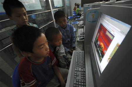 Children play online games at an internet cafe in Xiangfan, Hubei province July 1, 2009. REUTERS/Stringer