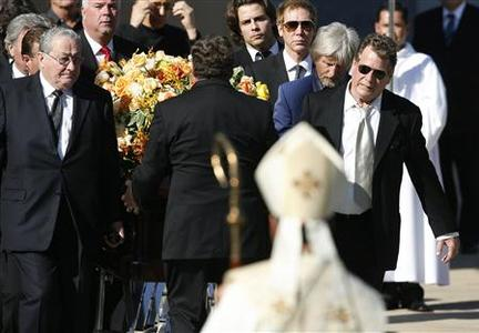 Actor Ryan O'Neal (R) and other pallbearers carry the flower draped casket of late actress Farrah Fawcett after her funeral at the Cathedral of Our Lady of Angels in Los Angeles June 30, 2009. REUTERS/Mario Anzuoni