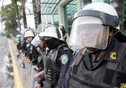 Policemen stand guard outside a hotel near the presidential palace in Tegucigalpa June 30, 2009. REUTERS/Henry Romero