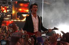 <p>Foto de archivo de Kevin Jonas de Jonas Brothers durante los premios MuchMusic Video Awards en Toronto, Canadá, 21 jun 2009. Kevin Jonas, el mayor de los hermanos del grupo Jonas Brothers, podría estar cerca de deshacerse de su anillo de la pureza ya que se habría comprometido, informó el miércoles la revista People. REUTERS/Mark Blinch</p>
