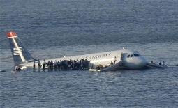 <p>Пассажиры стоят на крыльях самолета компании Airways, после того как воздушный лайнер столкнулся со стаей гусей и был вынужден сделать посадку на реку Гудзон в Нью-Йорке 15 января 2009 года. Несмотря на попытки нью-йоркских чиновников очистить небо над городскими аэропортами от птиц, на этой неделе пассажирский самолет все же был атакован пернатыми. REUTERS/Brendan McDermid</p>