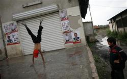 <p>Niños juegan cerca de afiches electorales del primer ministro búlgaro, el socialista Sergei Stanishev, antes del inicio de un mitin en Sofia, 2 jul 2009. Unos piratas informáticos bloquearon el jueves temporalmente el sitio de internet del primer ministro búlgaro, Sergei Stanishev, y dijeron que estaban furiosos con los fracasos de su Gobierno socialista, informaron medios locales. REUTERS/Stoyan Nenov</p>