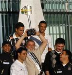 <p>O presidente Luiz Inácio Lula da Silva levanta troféu conquistado pelo Corinthians, campeão da Copa do Brasil. REUTERS/Jamil Bittar (BRAZIL SPORT SOCCER)</p>