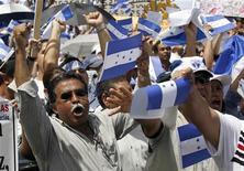 <p>Сторонники временного правительства Гондураса на митинге в Тегусигальпе 30 июня 2009 года. Временное правительство Гондураса согласно провести досрочные выборы после свержения президента Мануэля Селайи, а также не возражает против референдума, в результате которого этот политик левого толка может вновь занять президентское кресло до окончания законного срока. REUTERS/Oswaldo Rivas</p>