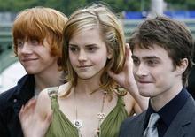 <p>Da destra Daniel Radcliffe, Emma Watson e Rupert Grint, rispettivamente Harry, hermione e Ron nei film di Harry Potter. REUTERS/Stephen Hird (BRITAIN)</p>
