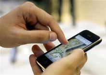 """<p>Un hombre prueba el nuevo teléfono iPhone 3GS en la tienda Apple de Madrid, 19 jun 2009. Los ladrones van cada vez más detrás de iPhones y otros """"teléfonos inteligentes"""", pero las víctimas pueden contraatacar ahora con tecnología. Un dispositivo permite a un usuario activar de forma remota una estridente sirena diseñada para molestar al ladrón. Otra aplicación, diseñada para los iPhones, puede revelar la localización del teléfono. REUTERS/Susana Vera</p>"""