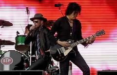 <p>Drummer Eric Kretz (back), Scott Weiland and Dean DeLeo (R) of Stone Temple Pilots perform at the Virgin Mobile Festival in Baltimore, Maryland August 10, 2008. REUTERS/Bill Auth</p>