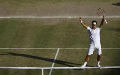 <p>Roger Federer of Switzerland celebrates after defeating Andy Roddick of the U.S. in their Gentlemen's Singles finals match at the Wimbledon tennis championships in London, July 5, 2009. REUTERS/Julian Finney/Pool</p>